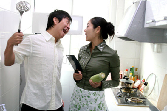 asian-couple-kitchen-knives-fight-preview
